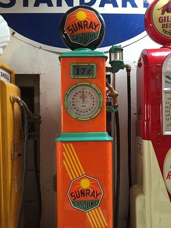 วูดแลนด์, แคลิฟอร์เนีย: Large selection of colorful classic gas pumps