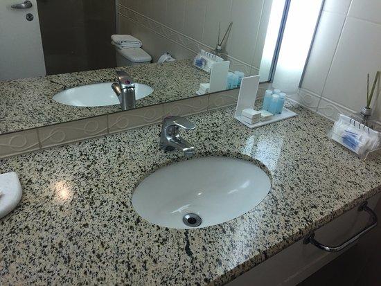 Pia do banheiro, agua quente e fria  Foto de Bristol International Airport  -> Aquecedor Para Pia De Banheiro