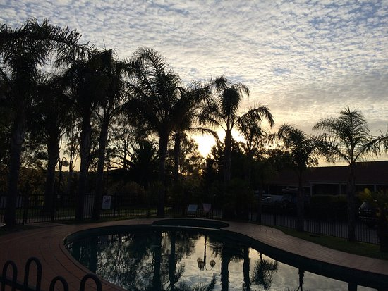 BEST WESTERN Airport Motel & Convention Centre: Sunset over the pool