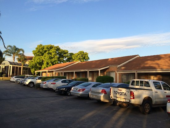 BEST WESTERN Airport Motel & Convention Centre: Rooms in the back with drive up