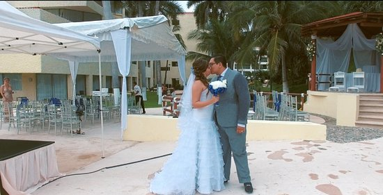 Dreams Huatulco Resort & Spa: Trash the dress picture