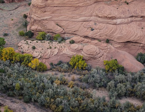 Canyon de Chelly National Monument: Breathtaking views of the canyon floor