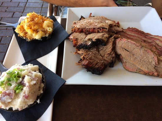Newhall, Kalifornia: Brisket & Tri-Tip plate with two siding