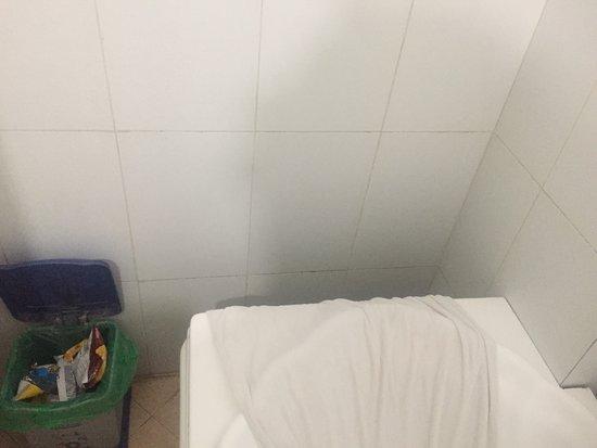 La salle de bain avec un robinet ultra entartré un grand espace