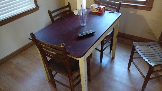 """سبرينجماد مونتان: A chipped up scratched up table is not what I call """"rustic"""""""
