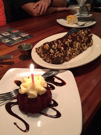 Clackamas, Oregón: Red Velvet Cupcake with candle and Chocolate Motherlode Cake to share.