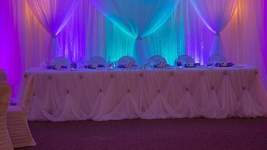 Okotoks, Canadá: The beautiful head table wit uplighting