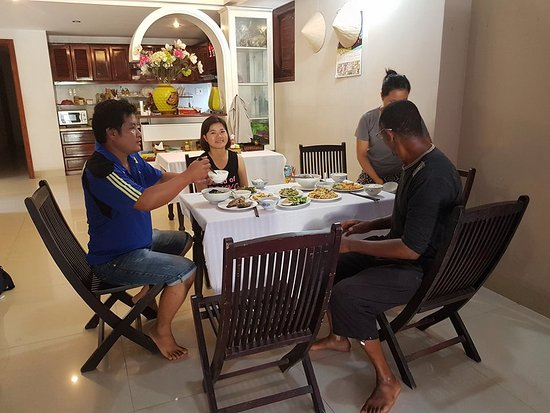 Hoang Thu Homestay: lovely meal provided by lovely host family