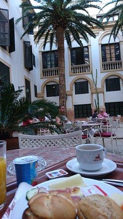 Frukost på innergården till Hotel Born, Palma de Mallorca, sept. 2016.