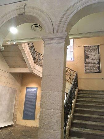 Saint-Remy-de-Provence, Prancis: L'entrée du musée et son majestueux escalier
