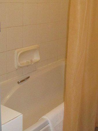 Arcadia Hotel: de badkamer was gedateerd, maar functioneel en schoon.
