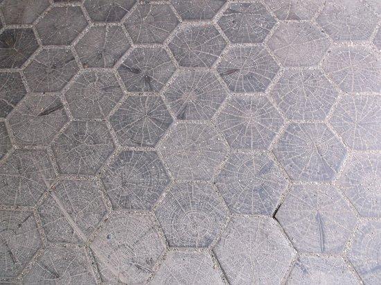 Fußboden Aus Holz ~ Der fußboden im durchgang ist mit holz ausgelegt bild von
