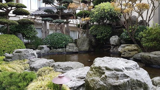 Hotel Kabuki, a Joie de Vivre hotel: Relaxing central courtyard with koi pond