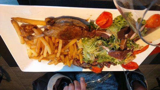 Saint-Michel-de-Fronsac, Γαλλία: Un très bon rapport qualité-prix et plat régional très copieux et à découvrir