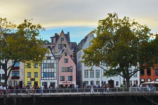 Haus Enteresan: Vista general de edifico hotelero. Se podrá observar que solo consta de 3 pisos,