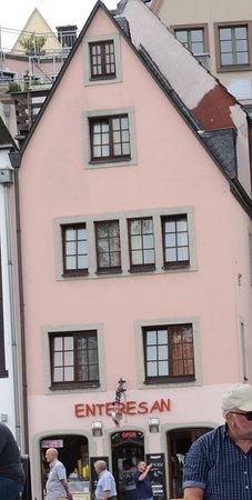 Haus Enteresan: Esta vista permite observar que en la parte inferior estan las instalacines del desayuno que ofr