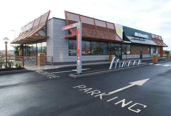 Anet, France : le Mac Do et son parking ( Leclerc à côté ouvert dimanche matin et pompes à carburants )