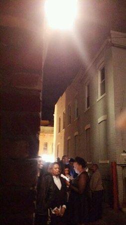 Blues Alley : 入り口には次のステージを待つ客の列が