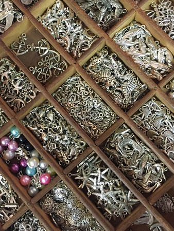 Bradenton Beach, FL: Great selection of charms!
