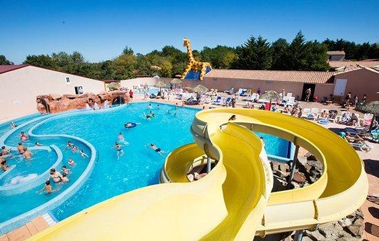 Saint-Julien-des-Landes, France: piscine chauffée toboggan rivière grotte