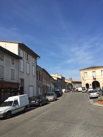 Salvagnac, France: View up the street, the hotel is on the right