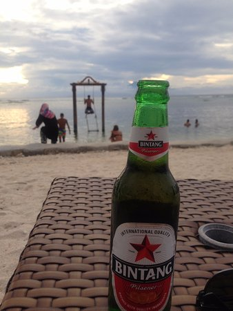 Hotel Ombak Sunset: Cold beer by the beach