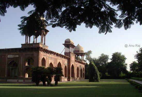 Tomb of Mariam Zamani: Garden