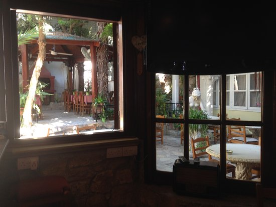Kiniras Hotel: View from the bar to the outdoor dining area