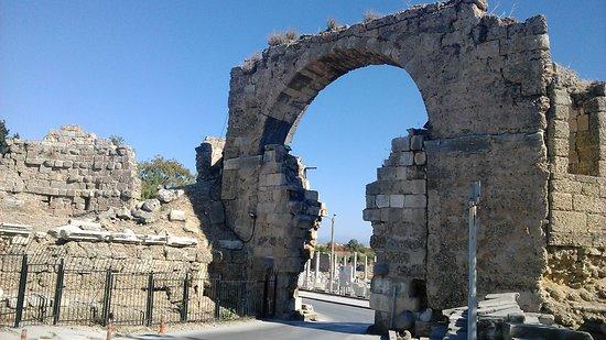 Monumental Fountain (Nymphaeum): руины античности