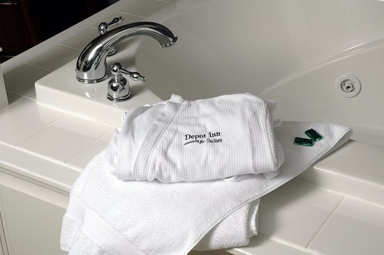 La Plata, MO: Hot Tub with Depot Inn bathrob