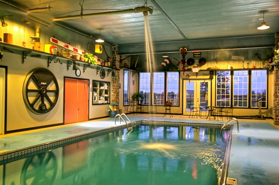La Plata, MO: Pool with locomotive feature