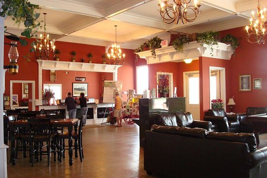 La Plata, MO: Beautiful welcoming lobby of Depot Inn & suite