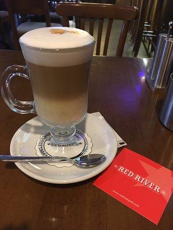 Red River Pub: イスタンブールにしては珍しく、客引きが無かったので、気になって入ってみました パブですが、お酒だけでなくカフェメニューもたくさんあります! スタッフの方も愛想良く、英語も通じました。雰囲気良し