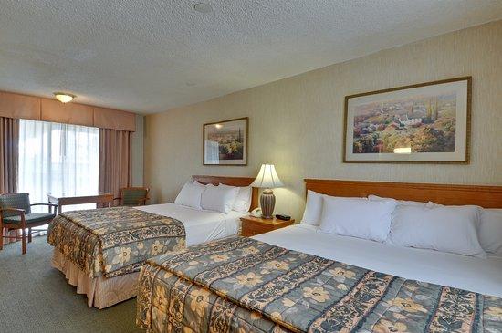 Vagabond Inn Ventura: Two Queen Beds