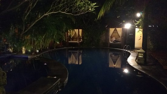 Nyiur Indah Beach Hotel: Pool by night