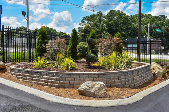 Masters Inn Tucker: Landscaping