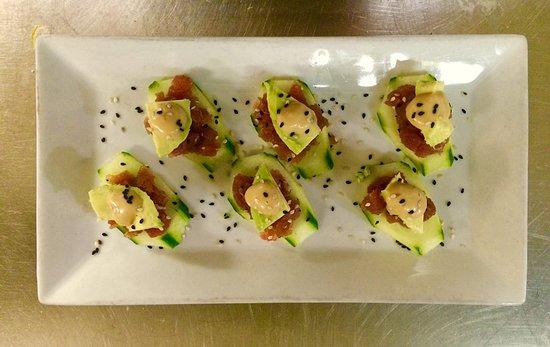 นิวตัน, นิวเจอร์ซีย์: ahi tuna tar tar with cucumber slices, avacado and a soy ginger sauce and wasabi aioli