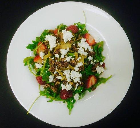 นิวตัน, นิวเจอร์ซีย์: arugula salad- red onions, caramelized fennel, strawberries, candied peacans, goat cheese