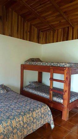 Hotel Roca Verde: Habitacion triple, cama matrimonial y camarote, incluye baño privado