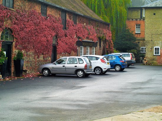 Wilton, UK: Plenty of safe parking on the hotel grounds