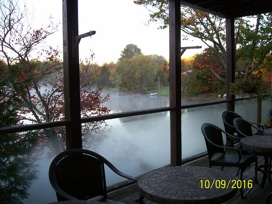 Grail Springs Retreat: Outside dining area overlooking the lake