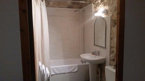 Port Sainte Foy et Ponchapt, France: Salle de bains assez grande