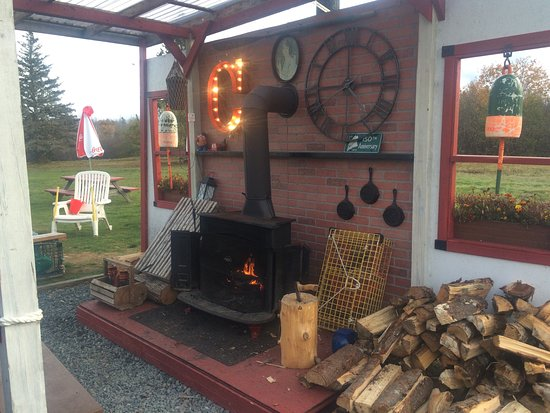 Southwest Harbor, ME: Outdoor seating area + fireplace