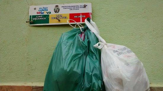 """Lamim, MG: As casas possuem """"pendurador""""e lixo reciclável."""