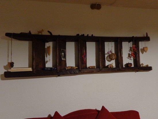 In cucina vi è presente una scala di legno usata come libreria e ...