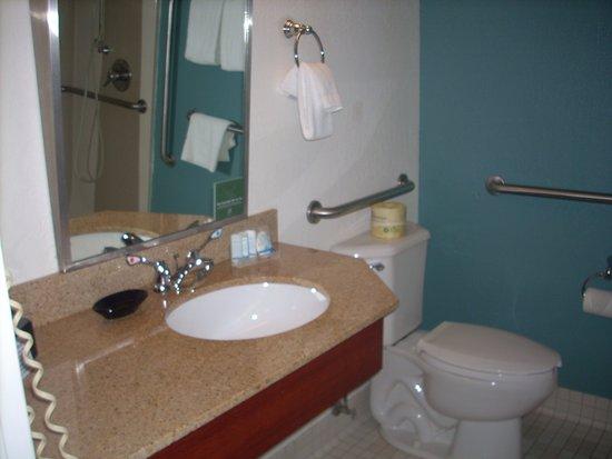 Sleep Inn: Plenty of room for your toiletries: lighting is also>adequate