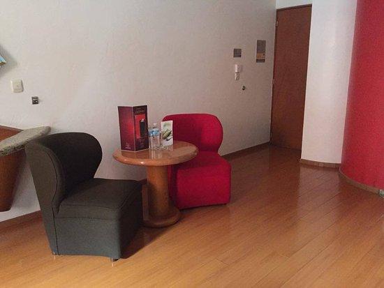 Hotel Aranjuez: un pequeño comedor en la habitación, muy cómodo para cuando pedimos room service