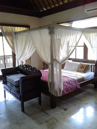 Pande Permai Bungalows: King size bed with beautiful view