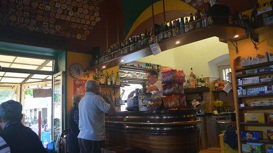 Ceriana, Italia: Es el bar mas popular del pueblo, su propietario atendiendo a parroquianos.