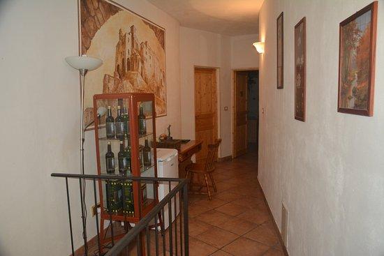 Ceriana, Italy: Pasillo que comunica con las otras habitaciones.